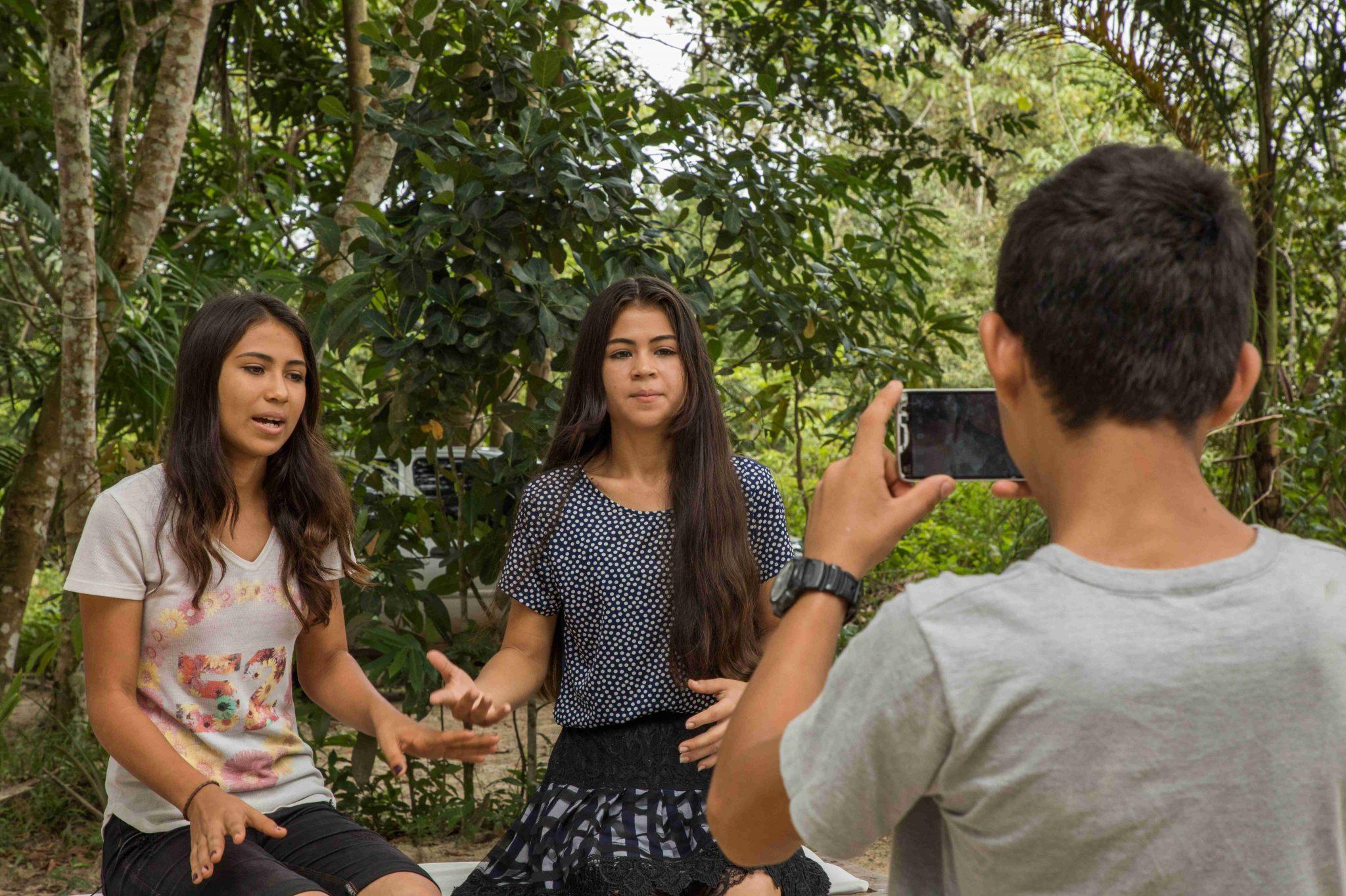 Duas jovens em Santa Bárbara-PA/BR, sendo gravadas pelo celular por outro jovem.