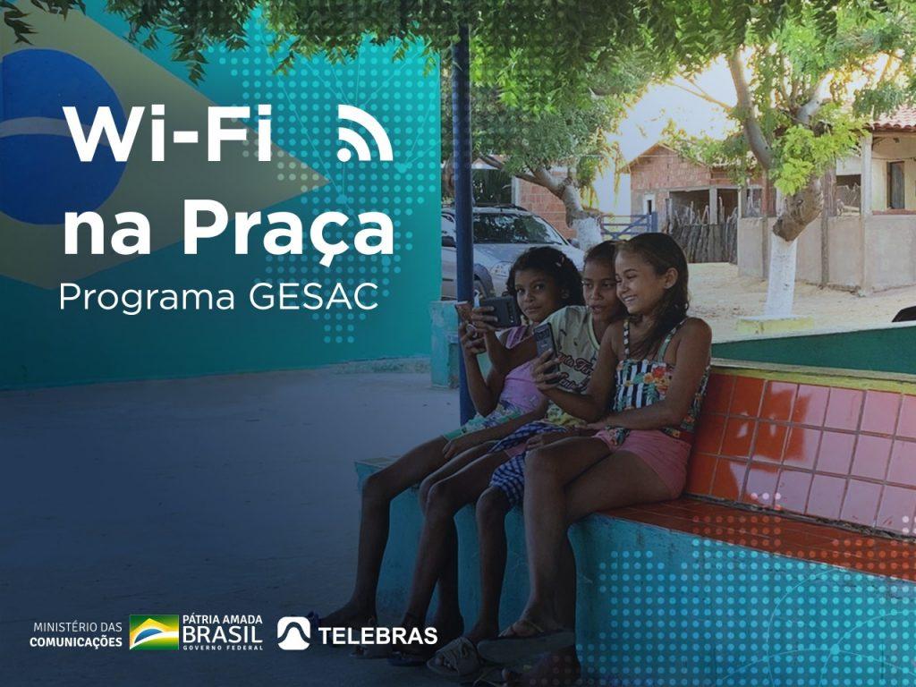Crianças de Ipanguaçú na Praça usando a conexão do Projeto wi-fi na praça