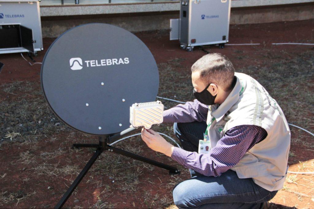 Agente do CENSIPAM uniformizado com colete testa antena da Telebras.